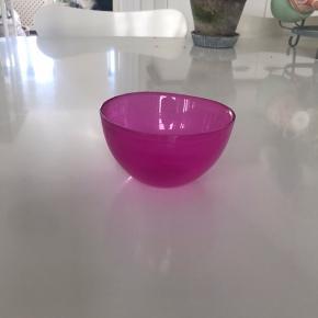 Fin lille glasskål. Kan afhentes i Fårevejle eller Greve .