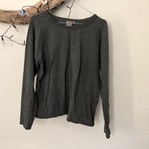 Carhartt sweatshirt i mørkegrå. Fitter en S/M.