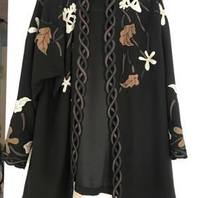 Smuk vintage kimono/ jakke i flot kvalitet. Ser næsten ud som ny. Str 44 men da den er oversize så vil den passe en str 40-44.   Kig gerne mine andre annoncer, giver gode mængderabatter