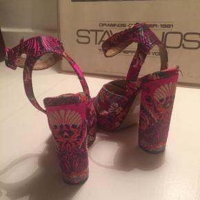 De SMUKKESTE Steve Madden højhælede sandaler 💞💫  Jeg har selv købt den herinde, men må desværre erkende at de er for høje, til at jeg får dem brugt. Hvis man er til høje hæle er de helt perfekte til nytår, bryllup og andre fester 🎊 hælen er på det højeste sted 13,5 cm mens plateauen er 3 cm.   Kom med et bud og tjek mine andre annoncer ud 👇🌸🌟