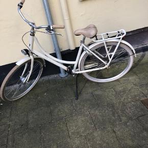 Batavus Diva cykel fra 2016. 3 gear, godkendt lås og lygter. Cyklen har almindelige brugsridser/slid, men er fin stand.