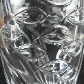 Brand: RCR Varetype: Italiensk Krystal Vase Med Fisk Størrelse: 23 Farve: Klar  Smuk tung italiensk krystal vase fra RCR.  Vasen måler 23 cm i højden og vejer lidt over 2 kilo.  Standen er stort set som ny og den sælges i original æske.  Kan sendes for 45 kroner.