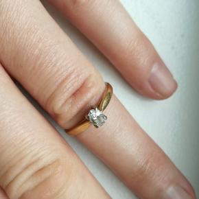ernest jones 0,25 karat diamant ring i 18 karats rødguld. perfekt stand ingen ridser.som ny. solitaire ring. nypris ca 10000 kr. bud fra 3000 kr. kan ses i kbh n. str 52.