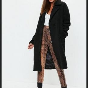Teddy coat, sort  Sælger min Missguided Teddy Coat i sort, nypris 715,- Jeg har brugt den en smule her til vinter. Størrelse 38 oversize, passer bedst en 40.