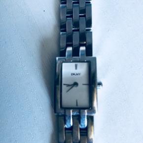 DKNY ur. Det har fået ny batteri i. Virker perfekt. Mp 150kr
