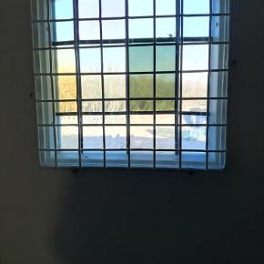 Brand: 00 Varetype: SIKKERHEDS GITTER Størrelse: SE BESKRIVELSEN Farve: Hvid Prisen angivet er inklusiv forsendelse.  Tilbehør, andet materiale, b: 42 h: 42  sikkerheds gitter til vindue måler 42x 42 så er sidder beslag til at skue i med der er 6 stk derpå de kan drejes ind af eller udaf det er hvid er brugt på min hoved dør  KAN GODT SENDES er galvaniseret stål