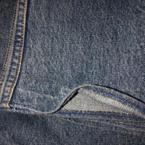Levis bukser 501  Der står str W28 L34 på mærket, men de passer nok mere en W26-27 L30  Der tages ikke billeder med dem på, da jeg ikke kan passe dem:)  KØBER BETALER FRAGT