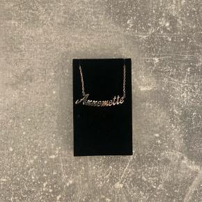 Navnehalskæde, med navnet 'Annemette'. Kan ikke helt se materialenummeret derpå, men mener det er 125 Sterling Sølv. Har en enkel knude, som dog ikke er forsøgt fjernet. Se billede 3.  Prisen er fast☀️ Du køber som beset, og jeg tager ikke retur☀️ #trendsalesfund