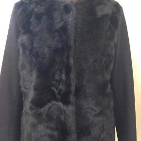 Sælger min smukke frakke fra DAY med fake fur øverst og trykknapper Bytter ikke