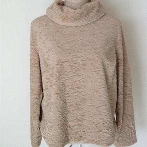 Virkelig blød polyester bluse med krave og lynlås på ryggen.  Længden er 59 og Bryst 57x2.   Kig forbi mine annoncer 😊 Altid mængderabat  Bluse med chenille look Farve: Sand