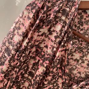 Dea Kudibal bluse tunika i silke Silkebluse bluse i silke med stretch Størrelse: S / Small  Farve: Multifarvet Købspris: 1799,-   Smuk silkebluse fra Dea Kudibal. Fantastisk silkebluse med stretch fra Dea Kudibal Blusen har lange ærmer med elastiske manchetter, der skaber en smuk drapering. Derudover har den en elegant knaplukning, som er smart både åbentstående el knappet.  Blusen er super blød og behagelig at have på, og falder utrolig smukt.  Den smukke Dea Kudibal silkebluse er lavet i det fineste print i bl.a. brune rosa og lyserøde nuancer i en vidunderlig silke satin stretch.   Stylingtips:  Nem at style til både hverdag og fest. Brug den på arbejde med din favorit nederdel eller jeans for et afslappet, men elegant look eller kombiner den med din favorit habitjakke og buks for et mere formelt look.  Materiale:  91,5% Mulberry silke 8,5% elastan   Dea Kudibal - A poetic tale - Danish Design