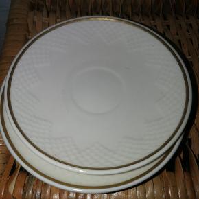 Fine Bing & Grøndahl underkoppered guldkant, 2 stk. Pænt stand med en smule slid af guldkanten. Ingen skår!