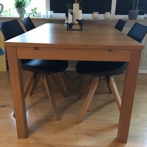 Flot og praktisk bord fra Ikea.  Højde: 74 cm Bredde: 84 cm Længde: 140 cm Længde udslået: 180/220 cm  Stole medfølger ikke i prisen, men er til salg. De bliver solgt samlet (6 stk.)
