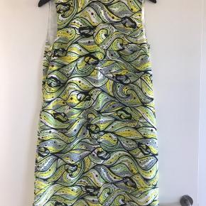 Smuk kjole til forår/sommer. 100 % silke i let a-facon. Aldrig brugt, da den er købt en anelse for lille. Den er lagt ned ved skrædder på professionel vis. Italiensk str. 44. Svarer til dansk str 38. Mål om brystet ca: 2 x 49. Længde midt bag: 91 cm Bytter ikke