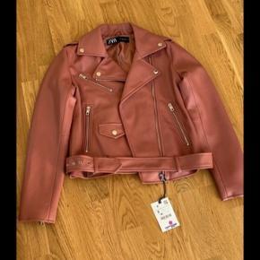 SØGER denne ZARA læderjakke i en str M eller L i farven gammel Rosa!