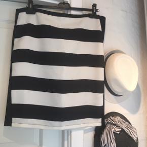 Fin nederdel 100 % polyester  grov struktur fin foer i sort  Længde 55 cm  Talje 50 x2 cm  Hofte 55 cm
