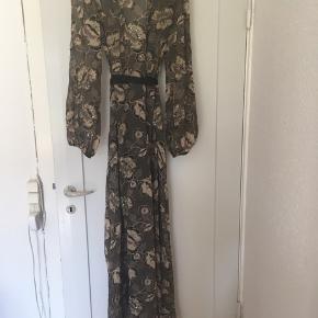 Denne smukke Limited edition kjole fra Zara med blomster & pailletter.  Har købt den for lille så jeg har aldrig haft den på.