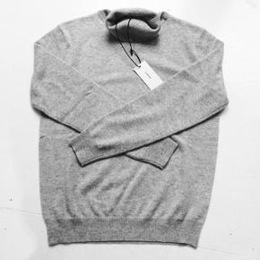 """Sælger den 100% cashmere turtleneck sweater fra Hosbjerg.  Det er deres """"Paige""""- model, og den er aldrig blevet brugt.  Det er en størrelse M, men vil også mene en størrelse S vil kunne passe den.  Billeder af min egen trøje kan tilsendes.  Bye ønskes :-)"""