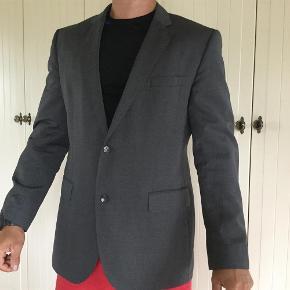 Varetype: blazer Farve: Grå Oprindelig købspris: 2200 kr. Prisen angivet er inklusiv forsendelse.  Hugo Boss blazer, model THE JAMES SHARP2. Brugt lidt. Fejler absolut intet. Kvaliteten er 100% uld. Størrelsen er 54, svarer til XL.  Farven er grå.  Mål:  Fra skulder til skulder: 48 cm.  Brystvidde: 124 cm. Ærme : 65 cm Længde: 80 cm.   Byttes ikke.