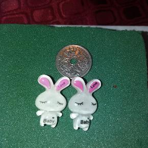 Øreringe- kaniner. Mønten er en 1 kr for at vise str.  Kan sendes med postnord som brev for 10 kr. Eller med dao for 32 kr.