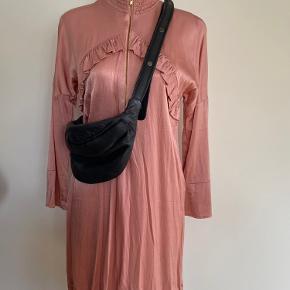 Fin kjole i skinnende viscose. Brugt et par timer.