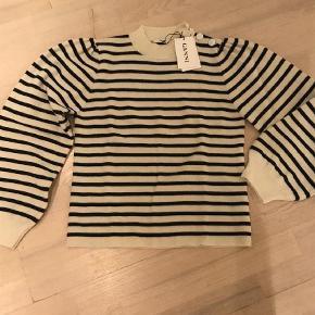 Varetype: Bluse Farve: Blå,Creme Oprindelig købspris: 1600 kr.  Fås stadig i butikkerne. Lille i str.