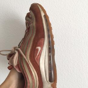 Nike Air Max 97' i velour. Nypris: 1200kr.   Brugt meget, derfor tegn på slid som det ses på billederne. Men ellers super fede og brugbare!   Skriv for flere billeder.