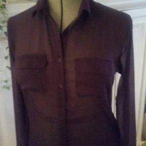 Varetype: Bluse Farve: Lilla  Lækker mørk lilla chiffon bluse, brugt kun få gange så den er som ny. Sender gerne.