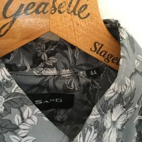 Blomstret SAND skjorte i gråtoner - brugt meget lidt