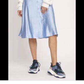 Super smuk blå satin nederdel. Sidder virkelig pænt, brugt 1 gang og købt i sommers. Nypris: 900kr
