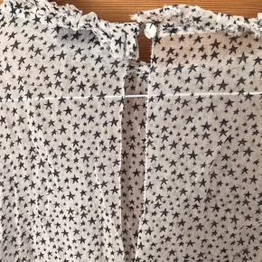 Den smukkeste bluse fra Hunkydory i silkeblødt viscose med knaplukning ved ærme og nakke. Blusen var et fejlkøb og derfor aldrig brugt. Ærmerne er smukke 3/4 ballonærmer og måler 38 cm fra skuldersøm. Blusen er 55 cm lang og måler 60 cm over brystet.