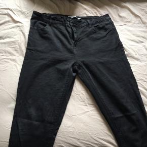 Sorte jeans (en smule falmet). Stiltype Freja. De er slimfit. Skriv gerne med flere spørgsmål.