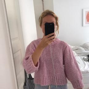 Hjemmestrikket trøje i ganni-stil. Minder om julliard Mohair-blend sweateren fra Ganni. Kan afhentes i Aarhus
