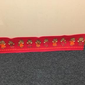 Fin juleremse med engle og hjerter.. Hessint med tryk - formodentlig fra Sødahl måler 83x16 cm - lige til over barnesenge. Pris kr 40