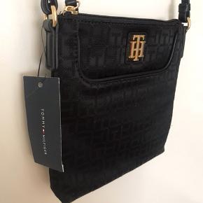 Aldrig brugt med mærke. Taske fra Tommy Hilfiger i sort med logo. Sælges billigt. Kan bæres cross body. Byd endelig. Kan sendes eller hentes i Rødovre :-)