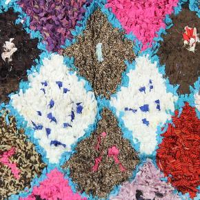 Smukt boucherouite tæppe. Håndlavet. Har aldrig været brugt. Sendes med GLS. Måler 200x140 cm