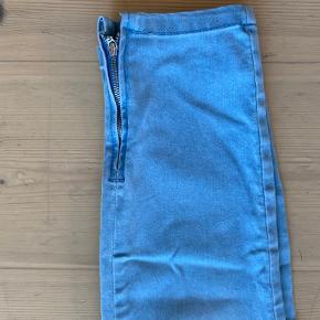 Jeans-leggings str. L(30) med fed lynlås detalje i hvert ben ved anklerne.