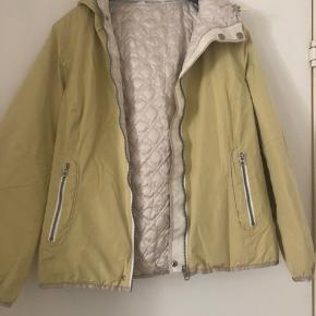 Frandsen jakke der kan vendes så der kommer ny mønster/farve. Aldrig brugt sælges meget billigt. Byd gerne