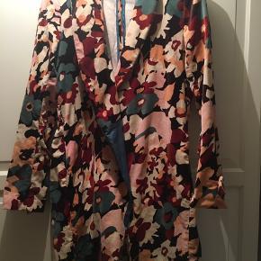 Smuk mønstret frakke. Gode lommer. Passer str. L/lille XL. Nypris 3000,- Bælte mangler.  Bud fra kun 400,- Sender gerne med Dao
