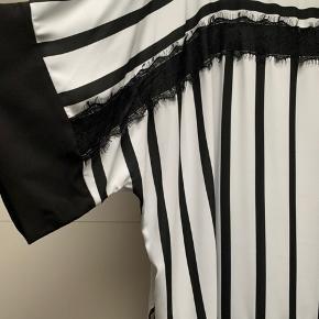 Smuk bluse med striber og blonde  Der er et par småpletter og en lille trådudtræk - jeg har forsøgt at tage billeder af det .. men man skal kigge efter det :-)