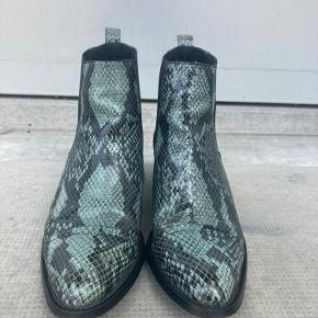 Fine ankelstøvler i læder med grønt slangeskindslook. Skoene er stort set ikke brugt, og fremstår i god stand. De er super behagelige af have på og meget hverdagsvenlige. Effektspray til skoene medfølger.  Nyprisen var 1099,95.