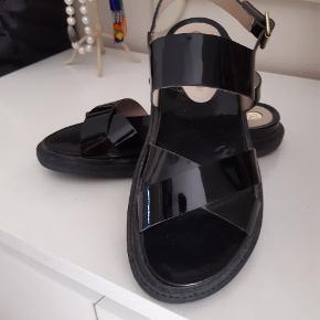 Flotte velholdte sandaler i sort lak på læder med såler i gummi Brugt få gange