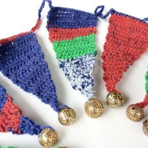 Flag Vimpler guirlander fra Walina  7 Hæklede flag-ranker i matchende duche farver. For neden har jeg syet guldperler på, for at få vimplen til at hænge lodret nedad.  Kæden er i alt 1,9 m lang De enkelte vimpler er 5 cm brede og 11 cm lange.  Brug den på barnevogne, i vinduer, i lamper, i teltet, på båden, og mange andre steder :-)  Jeg kan handle med mobilpay: Jeg sender gerne med post nord til din postkasse (+10 kr 5 dages leveringstid eller 29 kr 1 dags leveringstid), hvis du ikke kigger forbi og henter den. Jeg kan handle via Trendsales med DAO pakkepost (+32 kr), hvor du afhenter pakken ved ønsket DAO udleveringssted.  mvh Lise