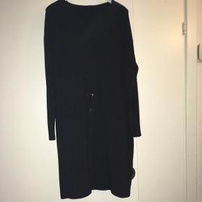Mørkegrå kjole i lidt kraftig Jersey. Super behagelig kjole Se også mine andre annoncer med bl.a kjoler fra Cos, Zara og Moss Copenhagen