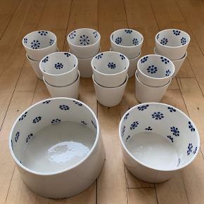 """Keramik Anne Black i serien """"Black is Blue"""". Helt nyt og ubrugt.   Salg af kopper foretrækkes samlet.   * 1 x Concave skål str. """"XL"""" 16x10 cm  Nypris 550 stk // sælges for 225 stk   * 1 x Convex skål str. """"Stor"""" 15x9,5 cm  Nypris 300 stk // sælges for 150 stk   * 14 x Cup str. """"Small"""" 8,5x7,5 cm  Nypris 150 stk // sælges for 80 stk"""