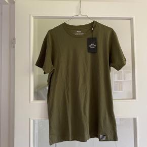 Helt ny t-shirt fra Mads Nørgaard - stadig med prismærke på. Størrelse M.  (Det er en herremodel - dog meget unisex)