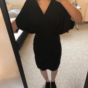 Sort kjole i 100% tencel. Har en stribe på ryggen af læder. Sælges, fordi jeg ikke får den brugt  Køber betaler fragt