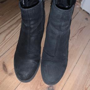 Læderfedt kan shine dem op! De er vildt gode at gå i, især af en høj støvle at være.   (fra ikke-ryger-hjem)