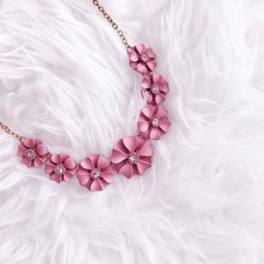 Flower necklace in dusty pink + rose gold chain. The flowers have a small stone in the middle and are in a soft dusty pink colour. The chain is in rose gold.  My price - 100 dkk  Condition - Never used (received it as a gift)