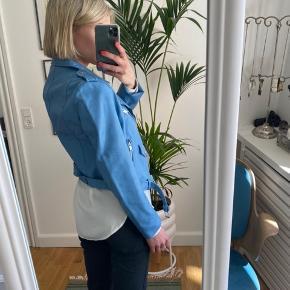 Fake læderjakke fra Zara i str. S. Virkelig flot, klar blå farve.  Den er kun brugt enkelte gange og fremstår som ny. Sælger da jeg desværre ikke får den brugt.